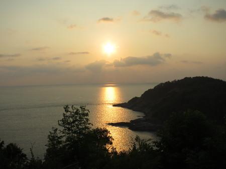 Landschapsmening van strand en bergen tijdens zonsondergang door de baai Stockfoto