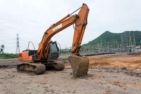 La macchina dell'escavatore del caricatore che fa il movimento terra lavora al cantiere Archivio Fotografico - 89782106