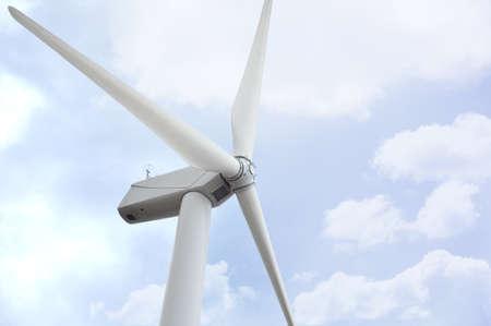 푸른 하늘에 흰 바람 터빈 전기를 생성 스톡 사진