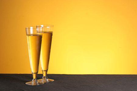 pilsner: Pilsner dos vasos de oro sobre un fondo con copia espacio  Foto de archivo