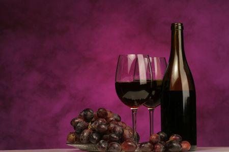 보라색 배경에 포도와 안경 와인 병의 가로 스톡 콘텐츠