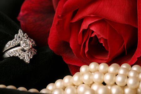 suitor: rosa rossa bella e pura anello perle su velluto nero  Archivio Fotografico