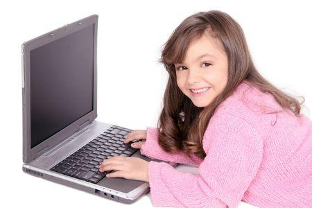 Studium auf ihrem Computer Laptop diesem jungen Mädchen lernt mehr über die Dinge