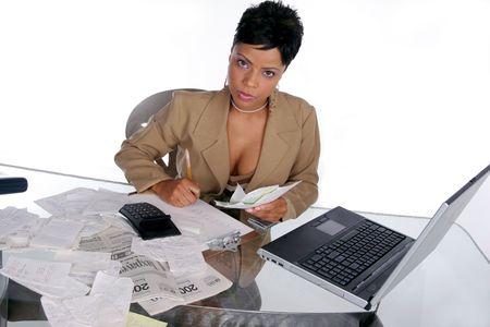 incominciare: giovane donna si siede per iniziare la sua capire le tasse  Archivio Fotografico