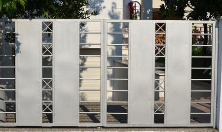 ガレージのための現代金属のゲート 写真素材
