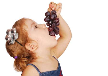 meisje eten: kleine meisje eet druif