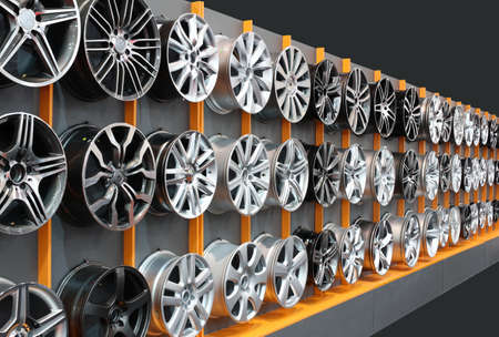 aluminum wheels: llantas de aluminio Foto de archivo