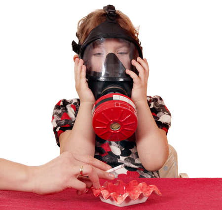 gasmasker: kind zich verdedigen tegen tabaksrook