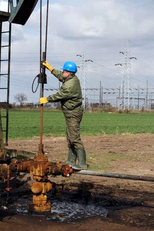 oil worker: trabajador petrolero de verificaci�n la bomba de aceite