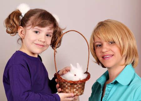 madre e hija con conejo enano lindo Foto de archivo - 13569379