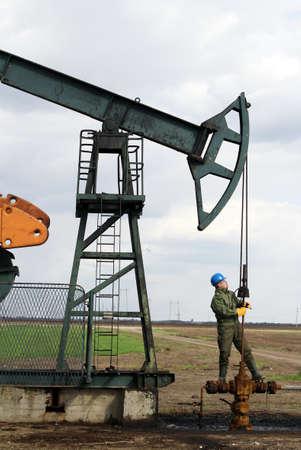 oil worker check pumpjack Foto de archivo
