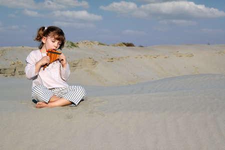 zampona: niña zampoña juego en el desierto