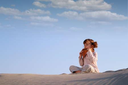 zampona: niña de reproducción de música en zampoña