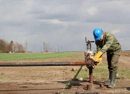 oil worker: trabajador aceite cierra la v�lvula Foto de archivo