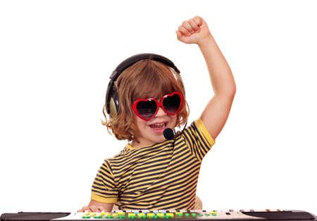 feliz ni�a de reproducci�n de m�sica en el teclado photo