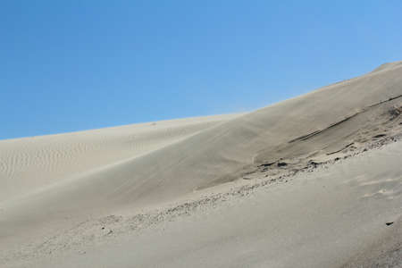 viento soplando: viento que sopla a trav�s del paisaje desierto Foto de archivo