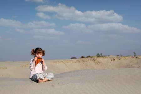 zampona: niña de reproducción de música en la cacerola tubo