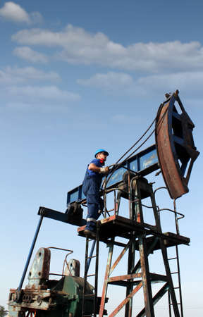 oil worker: trabajador del petr�leo sube a la toma de la bomba