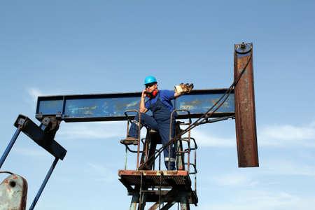 oil worker: trabajador petrolero hablando por tel�fono m�vil Foto de archivo