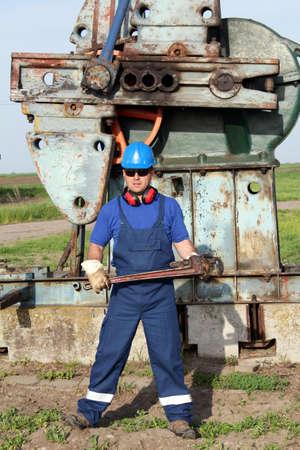 oil worker: trabajador petrolero con una llave de tubo Foto de archivo