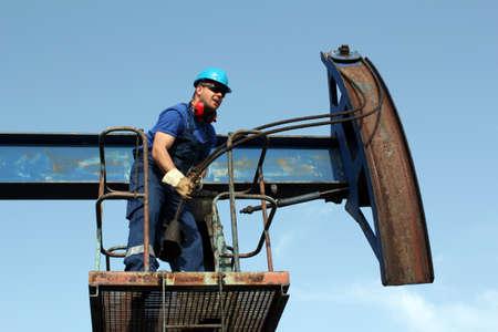 trabajador petroleros: trabajador en el campo petrolero Foto de archivo