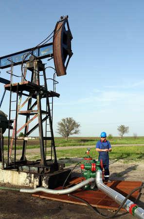 oil worker: trabajador petrolero con tablet pc tuber�a de verificaci�n Foto de archivo