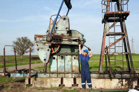 oil worker: trabajador petrolero a trabajar en campos petroleros Foto de archivo
