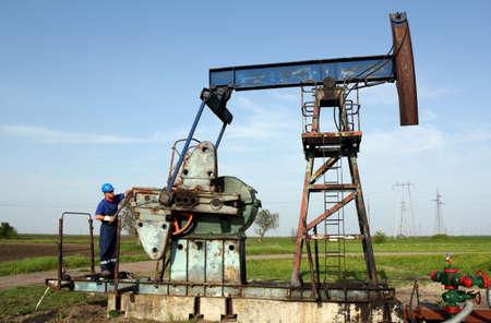 oil worker: trabajador petrolero a trabajar en gato de bomba