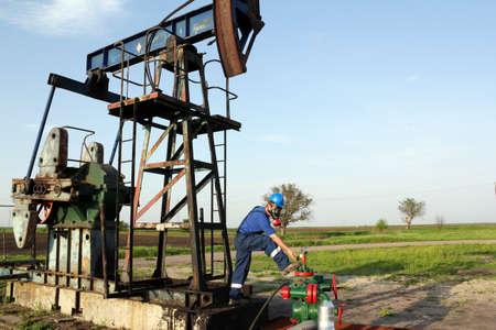 oil worker: trabajador petrolero con la tuber�a de verificaci�n m�scara de gas Foto de archivo