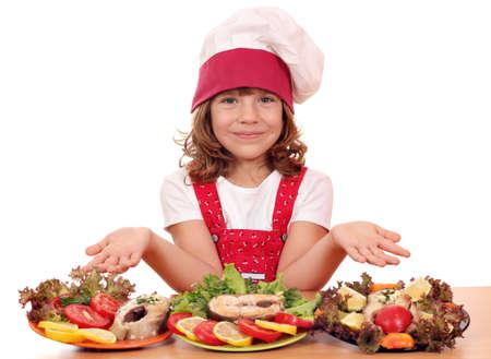 행복 한 작은 소녀는 연어 해산물 요리
