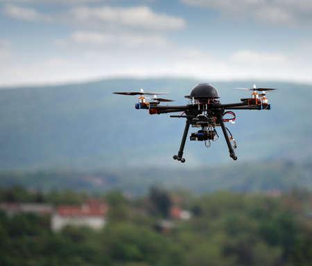 drones: drone volante con la macchina fotografica sul cielo Archivio Fotografico