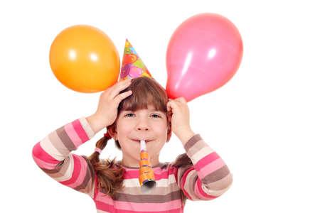 niña feliz con la fiesta de cumpleaños de la trompeta y globos