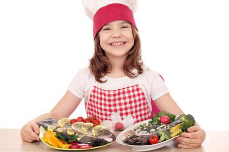 preparaba: ni�a feliz cocinar con los pescados preparados