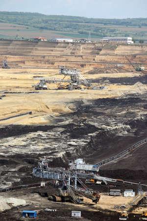 mining: mina de carbón a cielo abierto con excavadoras gigantes Foto de archivo