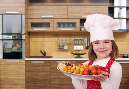 comida gourmet: ni�a cocinar con comida gourmet en la cocina