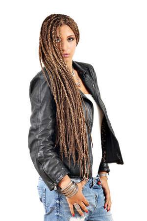 rastas: hermosa chica con rastas pelo y posando chaqueta de cuero