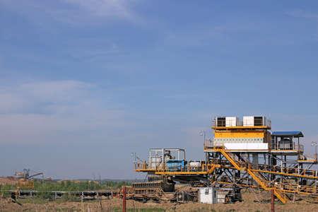 mineria: mina de carb�n a cielo abierto con excavadoras y maquinaria