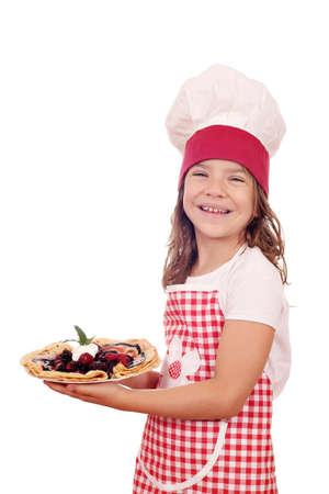 mignonne petite fille: petite fille heureuse cuire avec de d�licieuses cr�pes sucr�es