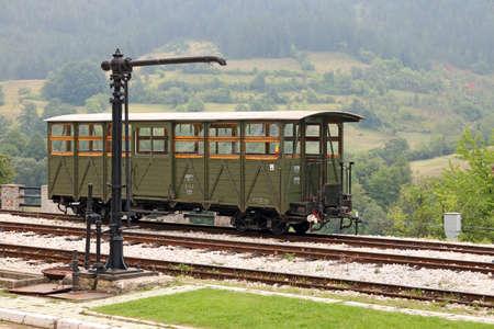 carreta madera: estación de ferrocarril con carro de madera viejo