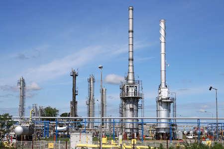 industria petroquimica: refinería de petróleo con la industria petroquímica trabajadores Foto de archivo