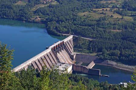 planta de energía hidroeléctrica en el río