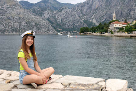 happy teenage girl with sailor hat on summer vacation Banque d'images
