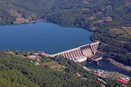 Wasserkraftwerk am Fluss Drina Serbien