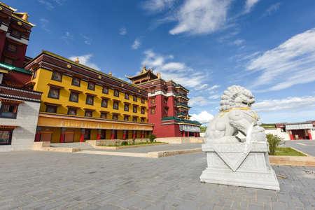 Stone lion in front of the majestic Buddhist temple Zdjęcie Seryjne