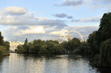 st jamess: St Jamess Park Lake looking East towards Duck Island from the Blue Bridge at sunset. Horse Guards is to the left and the Foreign and Commonwealth Office to the right, with the London Eye in the background