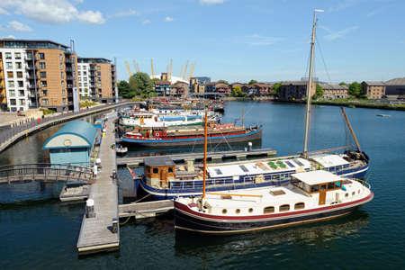 kojen: Blick vom Trafalgar Way, Canary Wharf, London, England, Gro�britannien, suchen in Blackwall Basin Marina in Richtung Preston's Road mit der O2-Arena im Hintergrund Lizenzfreie Bilder