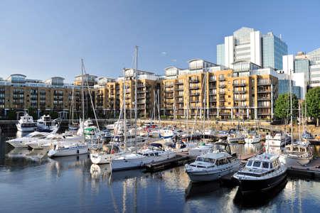 literas: Apartamentos de lujo, City Quay, y yates amarrados en el muelle de este puerto deportivo, St Katherine Dock, Londres, Inglaterra, Reino Unido, Europa