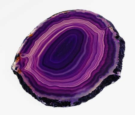 edelstenen: Gepolijst segment van gestreepte paarse agaat, doorschijnend cryptocrystalline allerlei kwarts, een van de mooiste gemstones nature�s