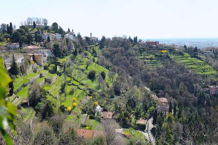 Via Rijtjes tuinen San Vigilio, Bergamo, Lombardije, Italië, Europa bekijken.  De overblijfselen van de middeleeuwse torentje zijn zichtbaar op de top.