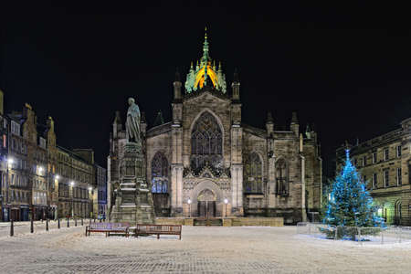 edinburgh: Facade of St Giles Cathedral (the High Kirk),  Edinburgh, Scotland, illuminated at night in winter